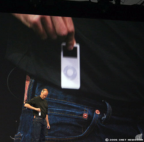iPod nanoをジーンズのポケットから取り出すスティーブ・ジョブズ
