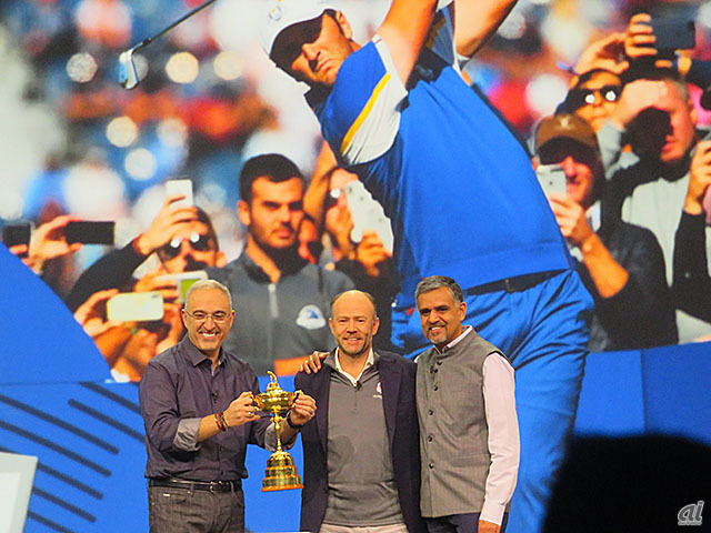 Ryder Cupを囲むHPE CEOのAntonio Neri氏(左)、Ryder Cup Europe and European Tour CTOのMichael Cole氏(中央)、Aruba Networksの創業者でインテリジェントエッジ担当プレジデントのKeerti Melkote氏(右)