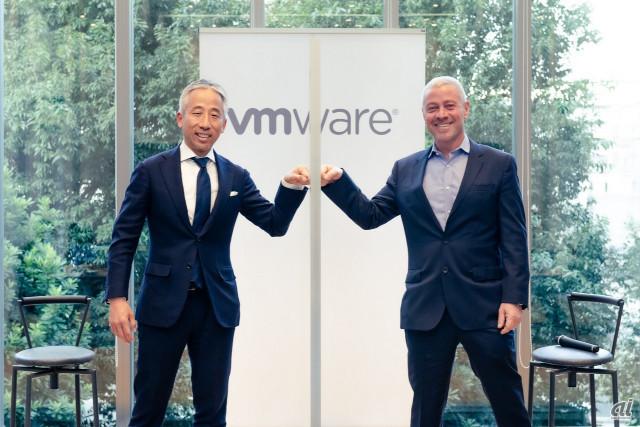 笑顔で社長職をバトンタッチする山中氏とRobertson氏(写真提供:ヴイエムウェア)